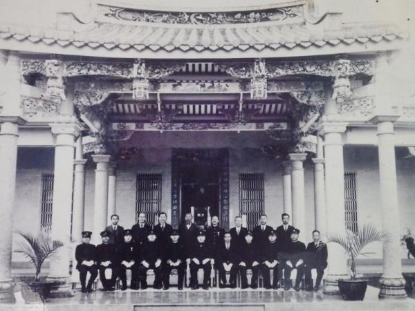 最豪华的三合院民国24年落成时的老照片,中国式的拜亭,显得非常气派,横屋还有欧式的建筑。(廖素贞/大纪元)