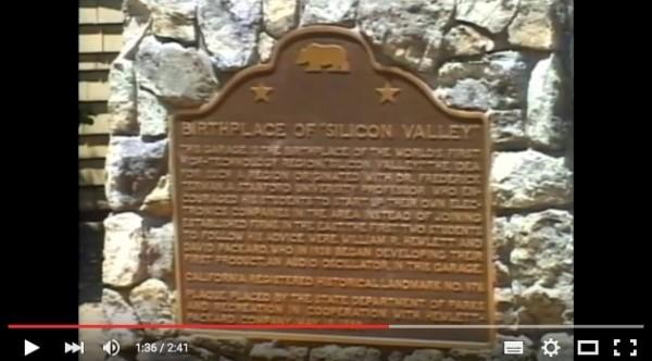 """惠普车库(HP Garage)前""""硅谷的诞生地""""之立碑。(视频截图)"""