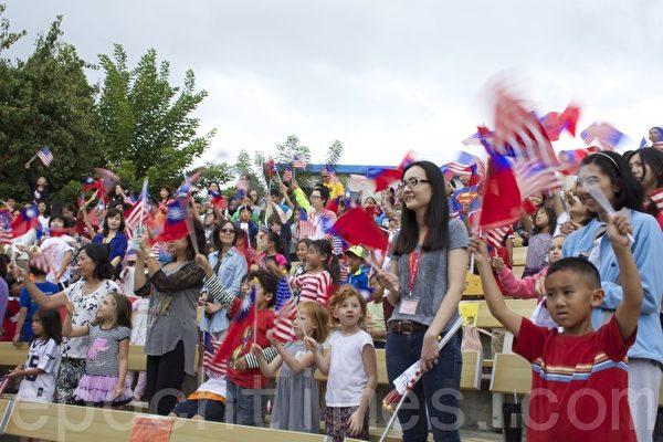 图:2015年10月4日,加州圣地亚哥侨学界举行中华民国104周年庆祝升旗典礼。升旗地点中华学苑师生、家长挥舞星条旗和青天白日旗,气氛热烈。(杨婕/大纪元)
