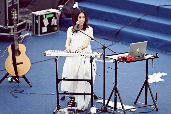 白安穿白色洋裝表演。(相信音樂提供)