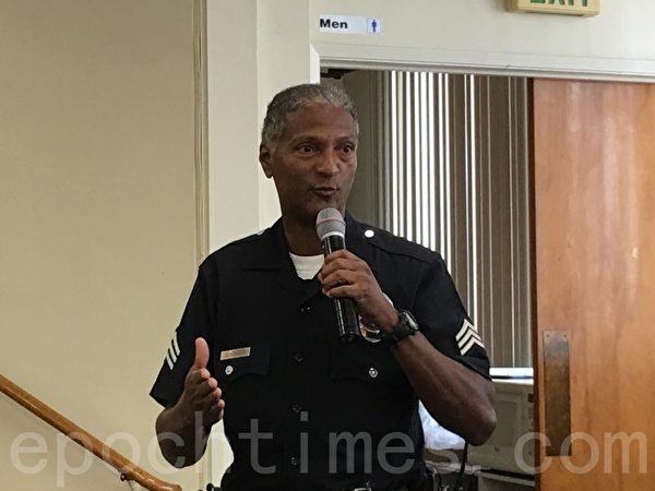 LAPD警官強森(Ron Johnson)代表警局出席記者會,並表示警局已經把此案列為要案處理。(劉菲/大紀元)