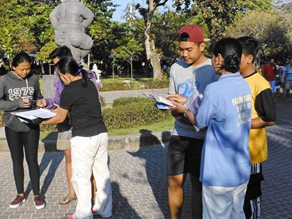 巴厘岛民众积极签名谴责中共恶行。(明慧网)