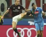 AC米兰在主场0-4不敌那不勒斯。图为双方球员拼抢瞬间。(Marco Luzzani/Getty Images)
