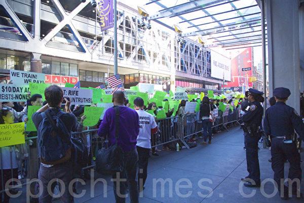 工資保險購買最後一天數百美甲店老闆聚集在紐約時報總部前抗議片面報導。(施萍/大紀元)