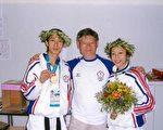 彭台临(中)和奥运金牌得主朱木炎、陈诗欣合影。(彭台临提供)