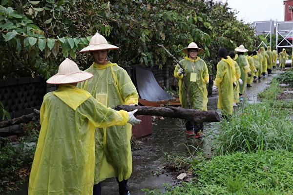后驿社区-台湾田野学校青年志工不畏风雨,与社区居民共同整理环境。(台湾田野工场提供)