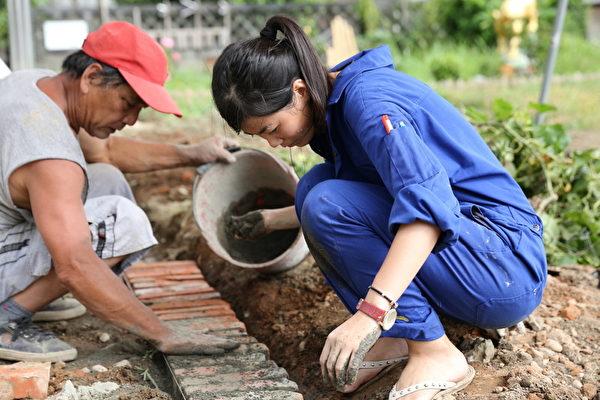 后驿社区-田野青年向泥作匠师学习红砖铺设与填缝工作。(台湾田野工场提供)