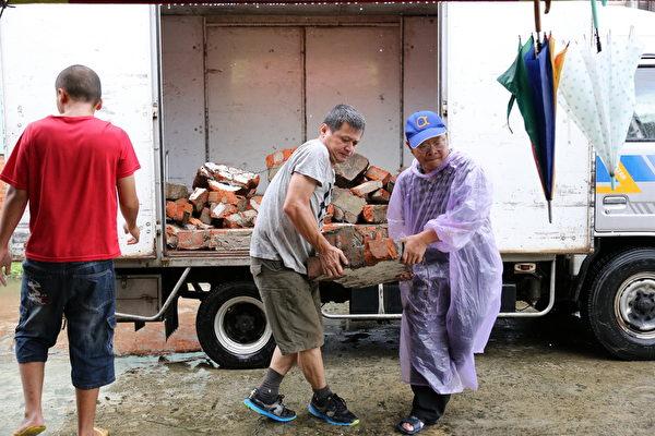 后驿社区-社区理事长及总干事共同进行老砖备料工作。(台湾田野工场提供)