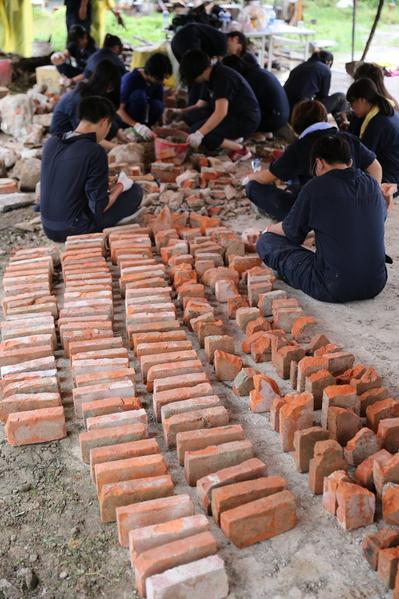 后驿社区-青年志工们共同整理老砖,让材料价值可以再延续。后驿社区-青年志工们共同整理老砖,让材料价值可以再延续。(台湾田野工场提供)