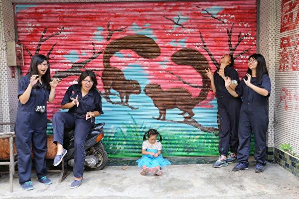番社社区-社区的小朋友来听爱心松鼠的故事。(台湾田野工场提供)