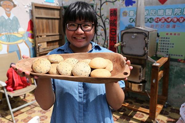 砖磘社区-香喷喷的面包出炉了!(台湾田野工场提供)