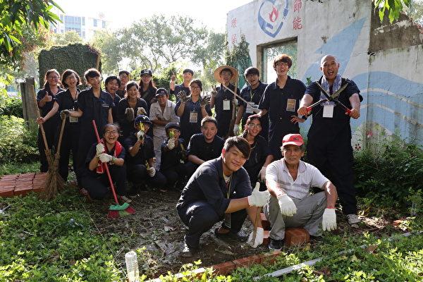 砖磘社区-田野青年开始动手整理环境教育基地。(台湾田野工场提供)