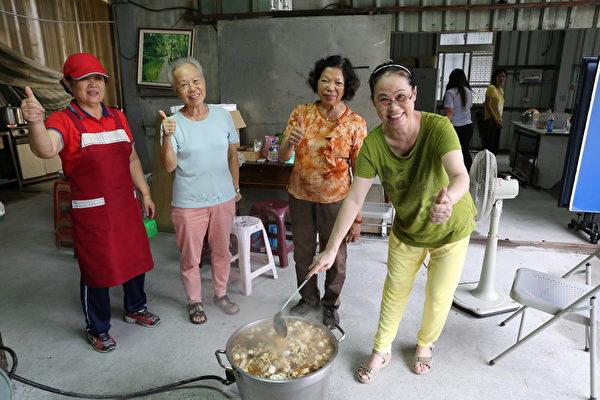 砖磘社区-社区妈妈协助张罗青年志工的午晚餐。(台湾田野工场提供)