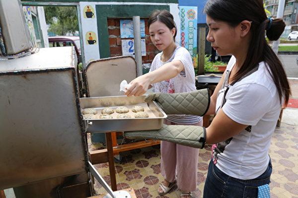 砖磘社区-嘉义在地的手作面包青年,利用在地食材制作手工面包。(台湾田野工场提供)