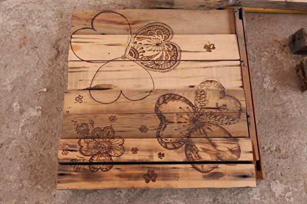 砖磘社区-旧木料结合烧烙艺术,转换成社区美学围篱。(台湾田野工场提供)
