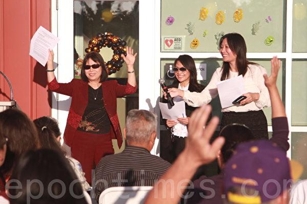 瑞航德学院校长潘子瑜(左一)现场说明会受欢迎。(杨阳/大纪元)