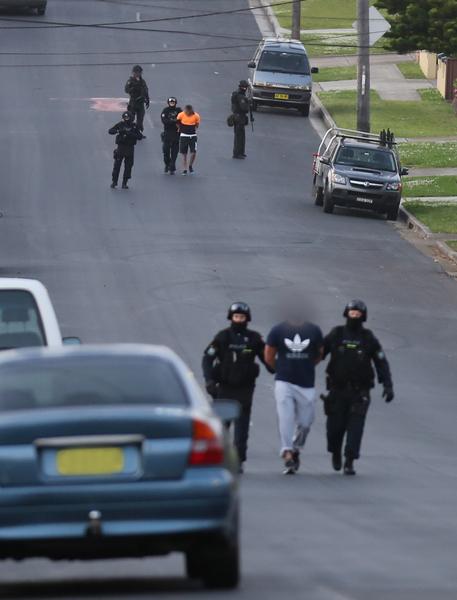 澳洲警方日前突袭了四个住宅,逮捕了与此案相关的四名男子。(澳洲纽省警方提供)