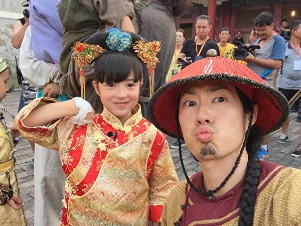 吴建豪与好友夏克立的女儿夏天合影。(环球国际唱片提供)