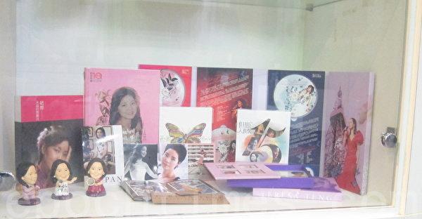 「何日君再來 鄧麗君文物紀念展」8日起至至2016年1月10日止,在臺北市政府的臺北探索館展出,圖為紀念品展售專區。(鍾元/大紀元)