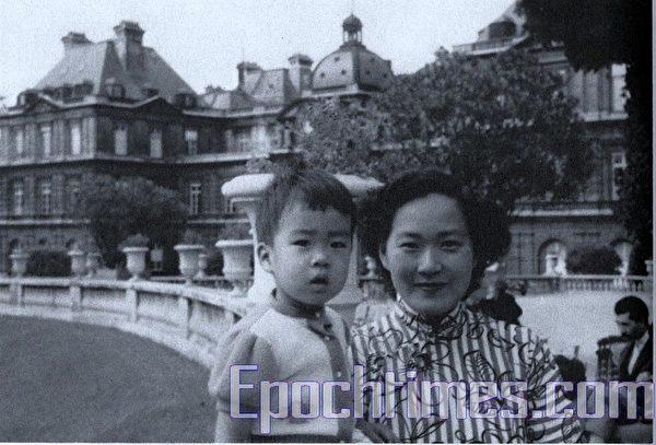 马友友幼年时和母亲在法国巴黎。(卢雅文提供)