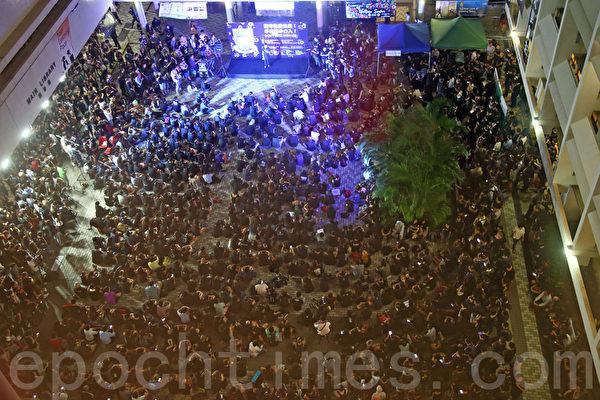 港大副校長風波繼續發酵,10月9日晚上,四千港大師生、校友及各界人士出席在港大中山廣場舉行的「堅守院校自主,不容黑手介入」集會。(潘在殊/大紀元)