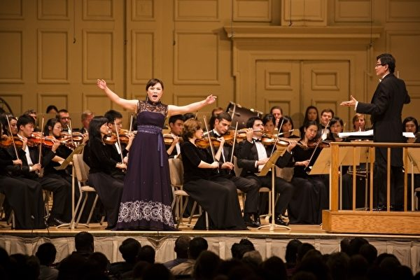 女高音歌唱家耿皓蓝在2014年神韵交响乐团音乐会中表演。(大纪元)