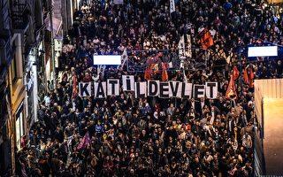 """土耳其的在野政党认为10月10日所发生的炸弹攻击游行人群的主谋是执政者,晚间扩大号召更多数群众走上街头,数以万计的示威人潮持续至11日。本图为安卡拉的游行群众高举""""埃尔多安(总统)是凶手!""""的标语。(OZAN KOSE/AFP/Getty Images)"""