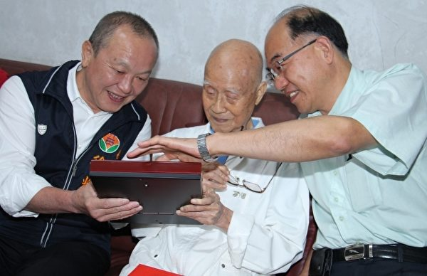 头份市数学老师退休的百岁人瑞陈楷川,会精通数字、玩股票、分析股市行情。(苗县府/提供)