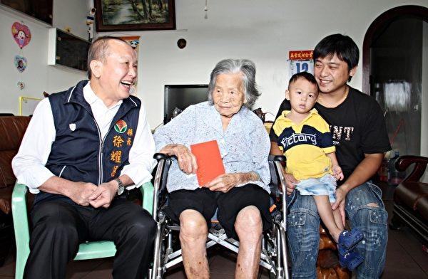 头份市兴隆里101岁人瑞罗钟三妹。(苗县府/提供)