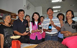 花莲市长夫人张美慧(前中)邀请老师傅许南东(前右2)教婆婆、妈妈,用古法酝酿酱油,能与家人分享好滋味。(詹亦菱/大纪元)
