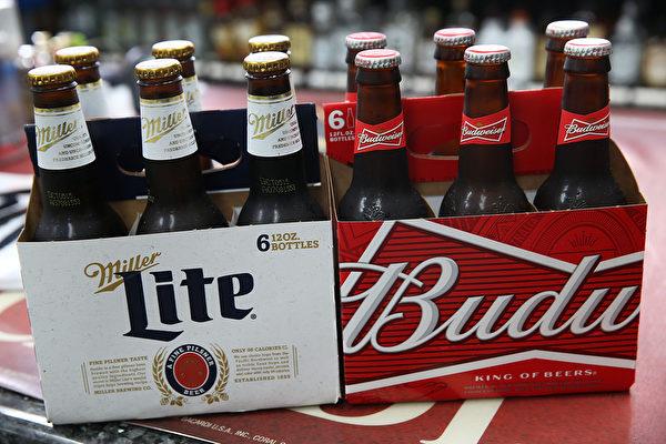 全球销量最大的啤酒企业比利时百威英博集团(Anheuser-Busch InBev)以1040亿美元与竞争对手SABMiller达成收购协议。(Joe Raedle/Getty Images)