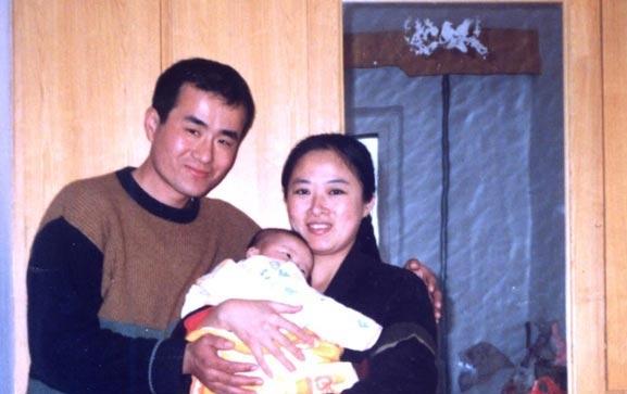 曲辉和妻子刘新颖以及他们的孩子曾经幸福的家庭。(明慧网)