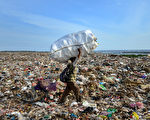 印尼度假胜地峇里岛也面临空前的垃圾危机。图为岛上的登巴萨垃圾场。 SONNY TUMBELAKA /AFP