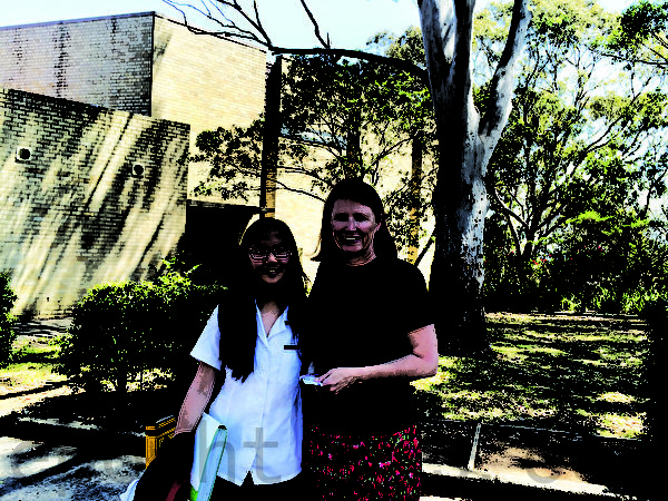 右为车士活高中(Chatswood High School)代理校长朱莉•罗斯(Julie Ross)。(燕楠/大纪元)