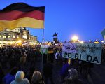 2015年,10月12日晚间,德东德累斯顿的Pegida反伊斯兰化、反难民集会聚集了近9,000人,难民危机使得Pegida团体再度强势。(ROBERT MICHAEL/AFP/Getty Image)