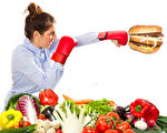 改变不良的饮食习惯,多吃有助降低坏胆固醇的食物,才能有效预防动脉硬化的发生。(Fotolia)