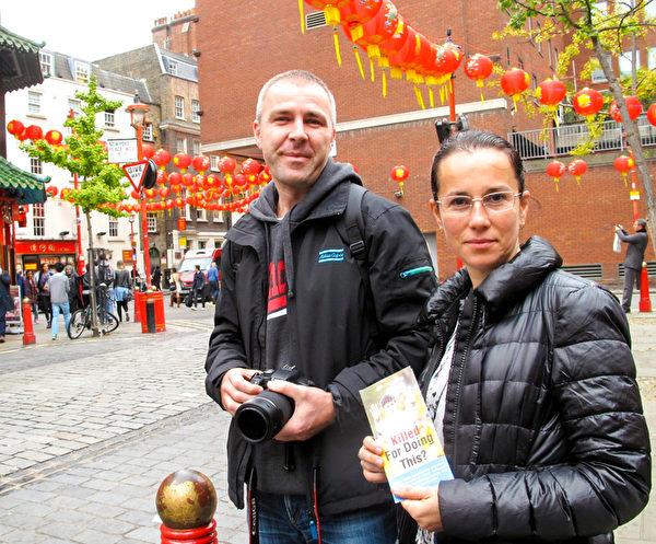 图4:十月十日下午,正在伦敦旅游的罗马尼亚人宙顿(Zohden)和他太太来到伦敦中国城,恰巧遇到法轮功大游行。(明慧网)