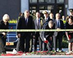 土耳其安卡拉周末爆炸事件造成97人死亡,总统艾尔段(左二)今天到现场致哀,他与芬兰总统(右二)一起到市区火车站前献上花圈。(ADEM ALTAN/AFP/Getty Images)