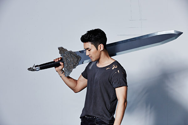 Super Junior崔始源爱上健身房,手举重剑超轻松。(LINE提供)