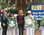"""2015年10月15日,美国著名民权律师丽莎.布卢姆(Lisa Bloom)女士(前排中)10月15日参加了来自世界各国的部分法轮功学员数千人在洛杉矶市中心的潘兴广场举行""""制止迫害法轮功、制止活摘、法办元凶江泽民""""的主题集会活动。"""