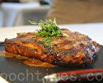美國頂級黑安格斯牛乾式熟成波特丁骨牛排。(詹佳宜/大紀元)