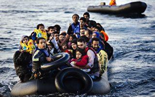2015年10月14日,冒險從土耳其穿越愛琴海到達希臘萊斯沃斯島的難民小艇幾個月來不曾斷絕,難民主要是來自敘利亞和阿富汗。光2015年前9個月就有約71萬人通過希臘和意大利進入歐盟。移民問題已在歐盟內部造成難以承擔的深遠影響。(DIMITAR DILKOFF/AFP/Getty Images)