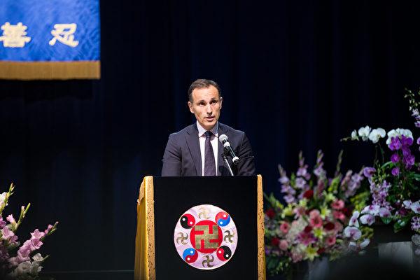2015美國西部法輪大法心得交流會10月16日在洛杉磯召開,來自瑞典的企業家祖旁迪斯(Zouponidis)講述了自己在媒體中修煉心性的歷程。(戴兵/大紀元)