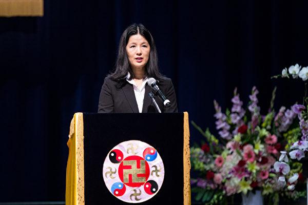 2015美國西部法輪大法心得交流會10月16日在洛杉磯召開。洛杉磯學員徐安妮在會上發言。(戴兵/大紀元)