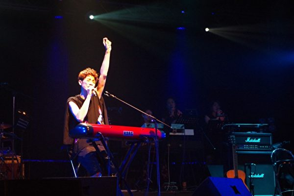 蕭閎仁公益演唱會自彈自唱。(無限延伸提供)