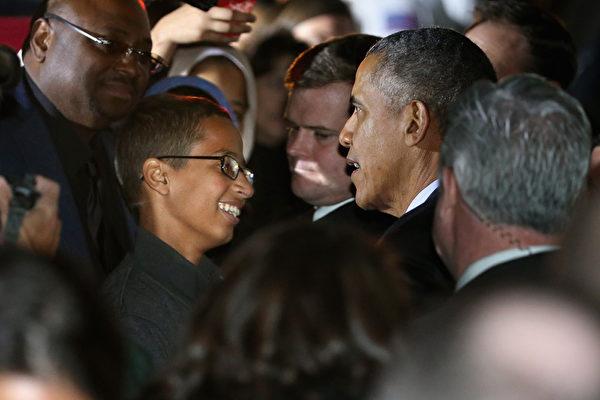 自制时钟少年穆罕默德(中左)与一群人参与白宫天文学之夜活动。(Chip Somodevilla/Getty Images)