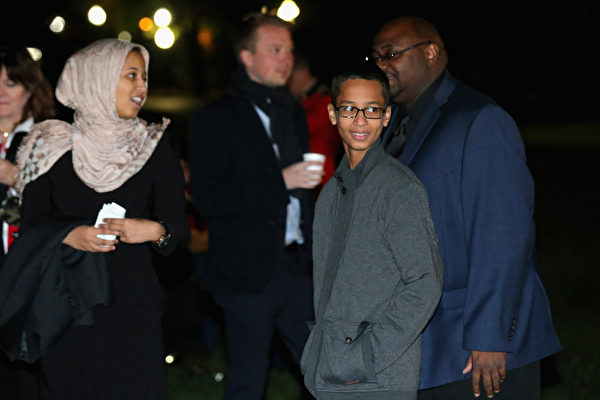 自制时钟少年穆罕默德(右2)出席白宫天文学之夜活动。(Chip Somodevilla/Getty Images)