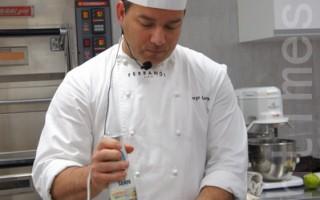 法国费杭迪高等厨艺学校主厨马丁来台授课,示范当红的法国甜点马卡龙教学。(郭益昌/大纪元)