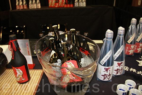 日本酒是日本獨特的文化,展會中有多種關於酒品的攤位,需成年者才可以進入參觀、試飲。(徐曼沅/大紀元)
