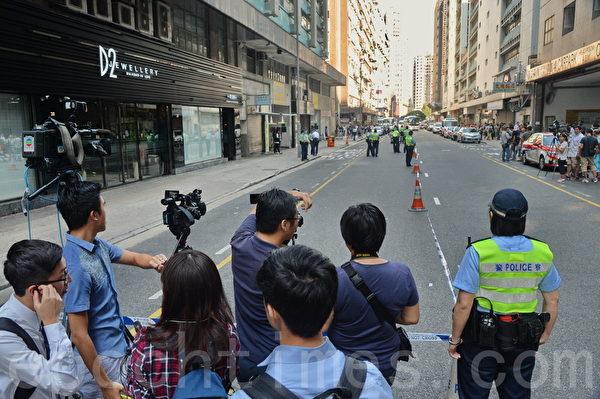 香港红磡民乐街19日上午11时发生购物纠纷,一名中国男游客被打伤,送医命危,20日早不治身亡。警21日派重案组押罪犯并模拟现场。(宋祥龙/大纪元)